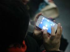 大妈贪玩智能手机导致右眼失明:老年人机不离