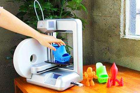 """借助3D打印,盲人妈妈""""看到""""了自"""