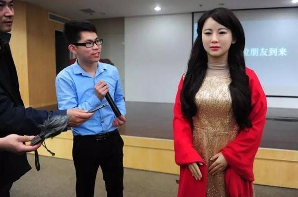 人工智能:美女机器人能和男人产生感情吗?