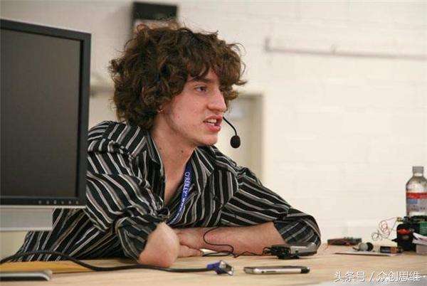 这个天才少年17岁破解苹果,21岁攻陷索尼,如今单挑特拉斯