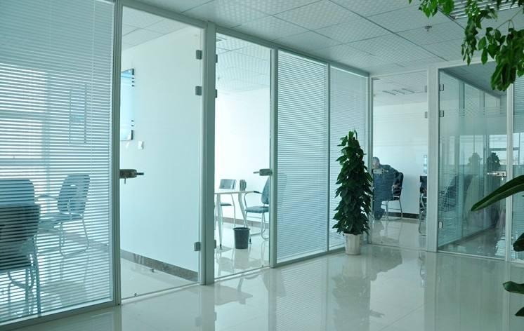 办公室装修中常用的玻璃隔断种类