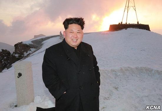 """金正恩与飞行员登长白山 称其系朝鲜""""祖宗山"""""""