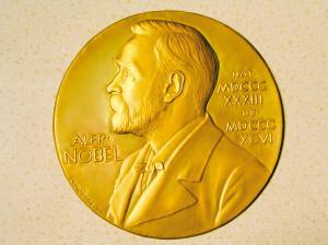 中国第一个诺贝尔文学奖获得者是谁:他也曾是一个军人