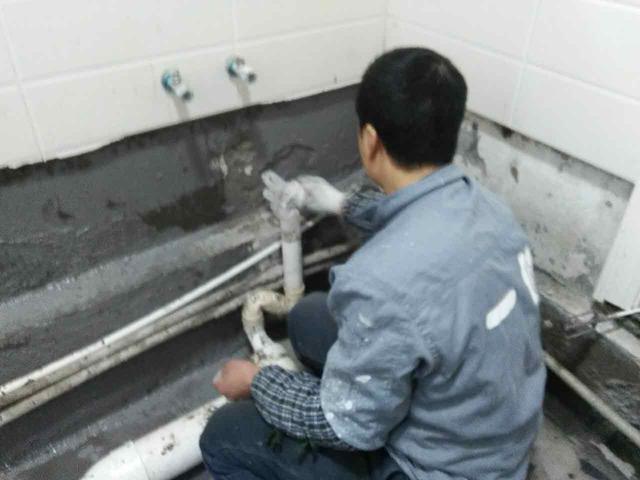 卫生间漏水到楼下怎么办?资深防水师傅教你检测和修补漏水方法