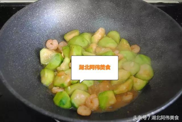 """虾仁怎样做才好吃?大厨教你做:""""丝瓜虾仁"""",小孩爱吃,收藏好"""