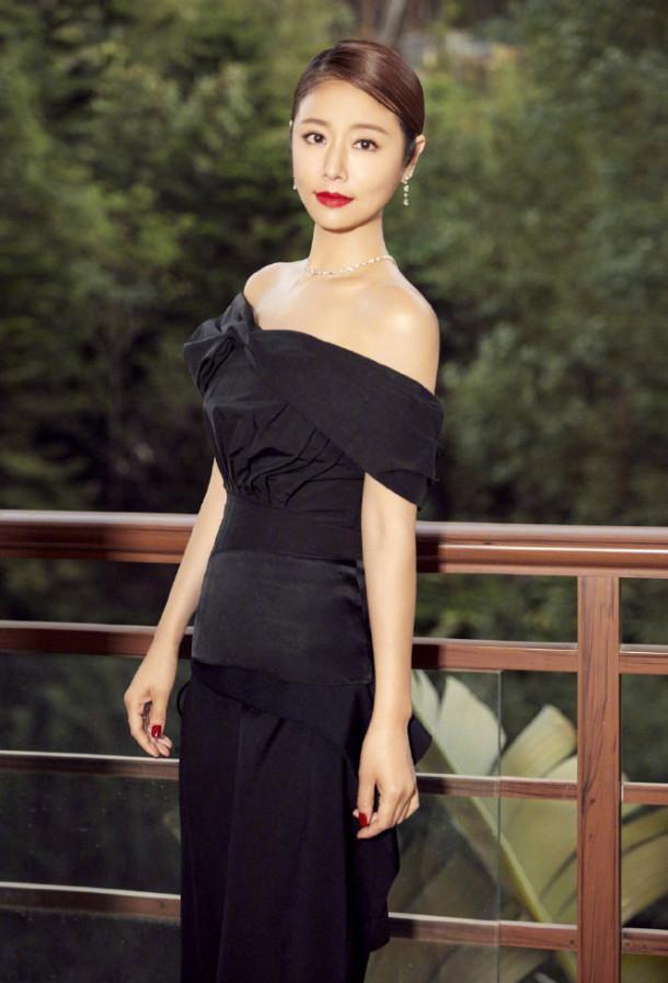 黑色长裙尽显时尚美,一点也不输气质